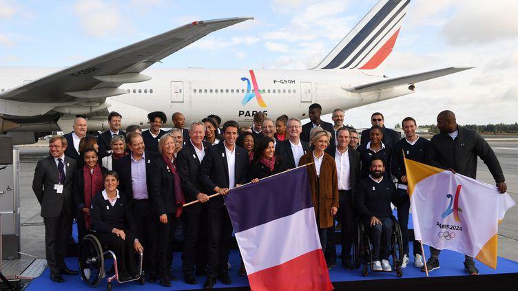 Une partie de la délégation parisienne prend la pose au retour de Lima, le 15 septembre 2017 à l'aéroport Roissy-Charles-de-Gaulle. (ERIC FEFERBERG / AFP)