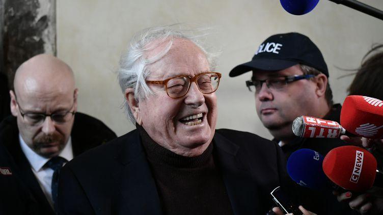 Jean-Marie Le Pen s'exprime devant des journalistes, avant une audience civile sur son exclusion du FN, le 11 décembre 2017, au palais de justice de Versailles (Yvelines). (PHILIPPE LOPEZ / AFP)