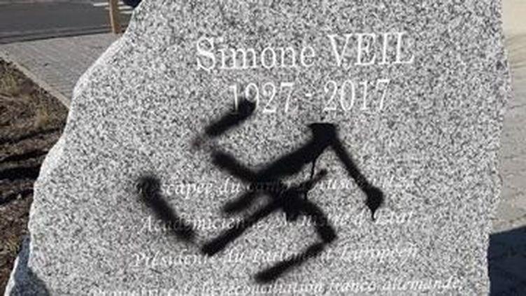 Une croix gammée sur la stèle en hommage à Simone Veil à Vandoeuvre-les-Nancy (Meurthe-et-Moselle), le 29 mars 2019. (VILLE DE VANDOEUVRE-LES-NANCY)