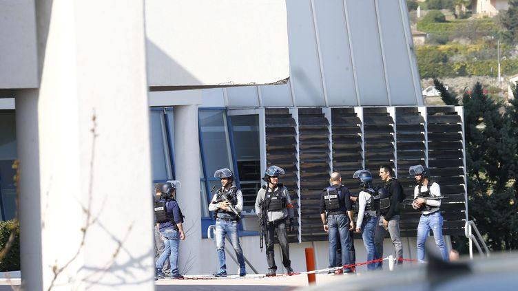 Intervention des forces de l'ordre au lycée Alexis de Tocqueville à Grasse (Alpes-Maritimes), après l'intrusion d'un élève armé, le 16 mars 2017. (MAXPPP)