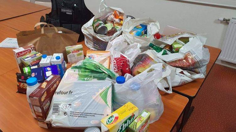 Des provisions de nourriture offertes par des gendarmes de la Loire à une famille en détresse, le 3 avril 2020. (CAPTURE D'ÉCRAN FACEBOOK / GENDARMERIE DE LA LOIRE)