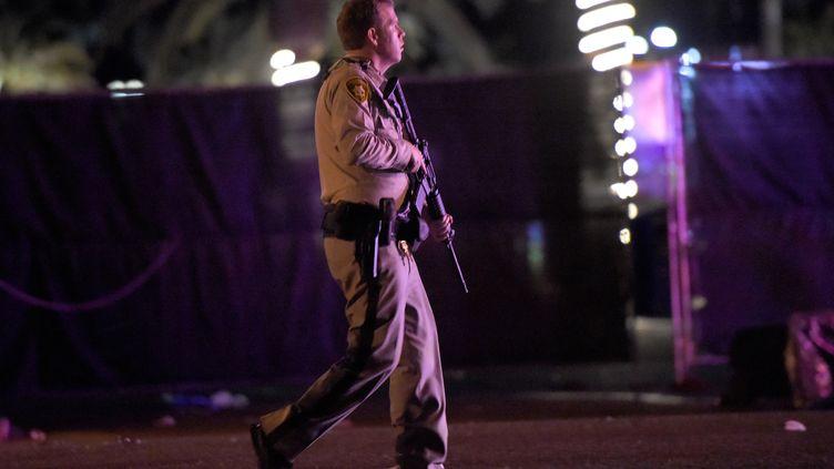 Un policier après la fusillade à Las vegas, le 1er octobre 2017. (DAVID BECKER / GETTY IMAGES NORTH AMERICA)