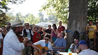 Au festival Django Reinhardt de Samois-sur-Seine, on défend un esprit d'authenticité et de proximité avec le public, loin de la standardisation des festivals, à l'image de ces musiciens amateurs qui se mêlent à des professionnels. (ANTHONY VOISIN)