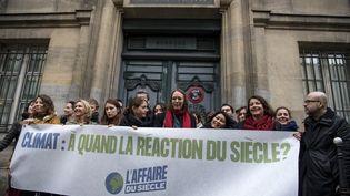 Des représentants de l'Affaire du siècle manifestent devant le tribunal administratif de Paris, le 14 mars 2019. (CHRISTOPHE ARCHAMBAULT / AFP)