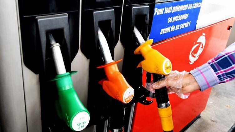 Une personne se sert à la pompe à essence à Montpellier (Hérault), le 18 octobre 2018. (MAXPPP)
