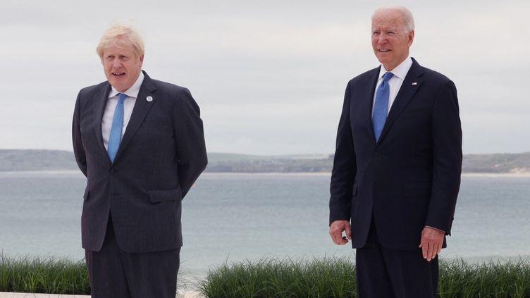 Boris Johnson et Joe Biden lors du sommet du G7 àCornwall, au Royaume-Uni, le 11 juin 2021. (YOMIURI / AFP)