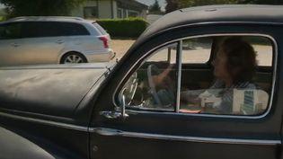 À 94 ans, Yvonne Abgrall est une conductrice exceptionnelle. La nonagénaire originaire de Normandie conduit avec le même véhicule qu'elle a acheté en 1954. (CAPTURE ECRAN FRANCE 2)