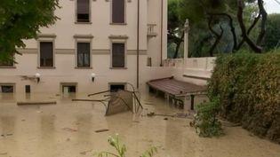La province de Livourne en Toscane (Italie) a été fortement touchée par un orage dans la nuit du samedi 9 septembre. Au moins 6 personnes sont décédées. François Beaudonnet décrit la situation sur place. (FRANCE 2)
