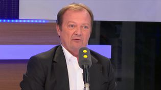 """Le député communiste Stéphane Peu, invité de l'émission """"Tout est politique"""" sur franceinfo jeudi 12 juillet (FRANCEINFO / RADIOFRANCE)"""