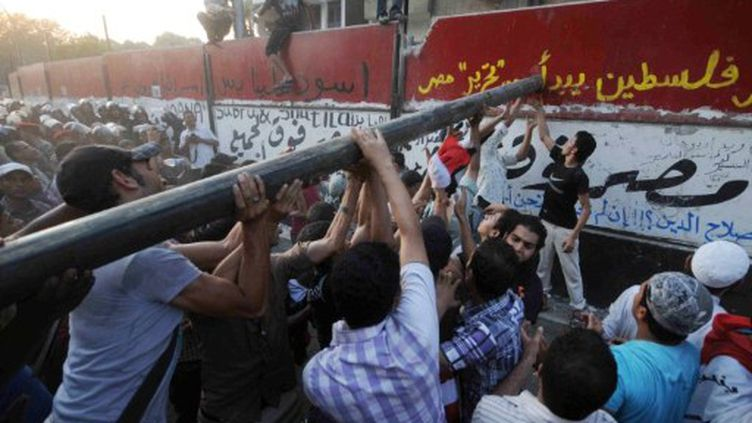 Des manifestants égyptiens démolissent le mur de protection de l'ambassade israélienne au Caire le 9 septembre 2011 (AFP PHOTO/MOHAMED HOSSAM)