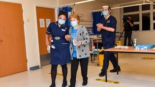 Margaret Keenan, 90 ans, est la première Britannique à recevoir le vaccin anti-Covid, à Coventry, le 8 décembre 2020. (JACOB KING / POOL / AFP)