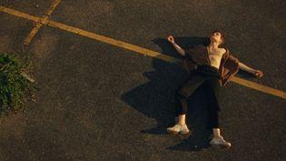 """Chris de Christine & The Queens dans le clip de """"Doesn't matter (voleur de soleil)"""".  (Colin Solal Cardo)"""