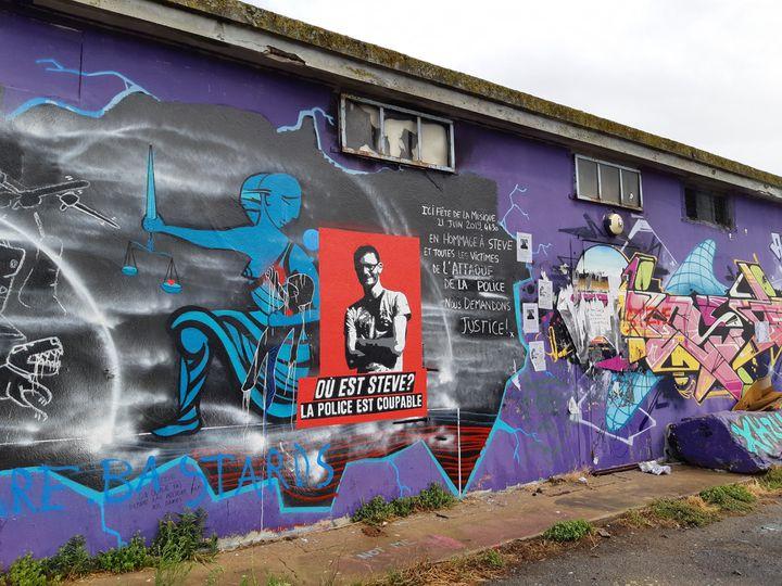 Une fresque en hommage à Steve, le 30 juillet à Nantes. (SARAH TUCHSCHERER / FRANCEINFO / RADIOFRANCE)