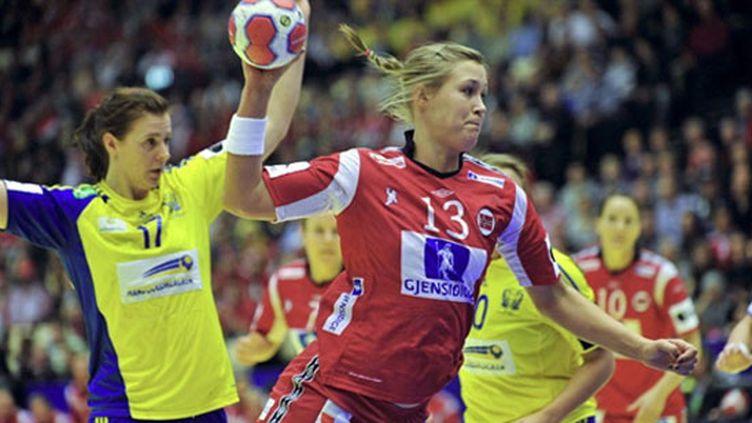 Marit Frafjord (Norvège) à l'assaut des buts suédois.