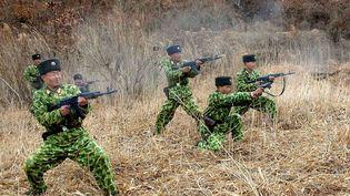 Des militaires nord-coréens lors d'un entraînement. Cette photo non datée a été distribuée par l'agence officielle nord-coréenne KCNA, le 11 mars 2013. (KCNA / REUTERS)