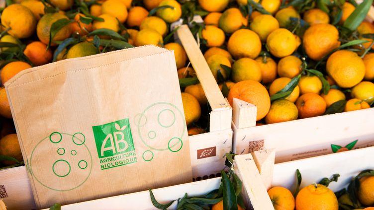 """Des cagettes de clémentines bio et des sacs en papier avec le logo """"Agriculture Biologique"""". (MAXPPP)"""