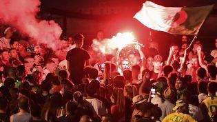Des supporters algériens célèbrent la qualification de leur équipe, le 14 juillet 2019, àMarseille (Bouches-du-Rhône). (BORIS HORVAT / AFP)