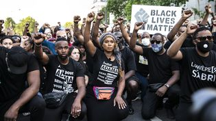 Manifestation à Paris le 2 juin 2020, devant le Palais de justice. Au centre, Assa, sœur d'Adama Traoré,mort après son interpellation en 2016. (YANN CASTANIER / HANS LUCAS VIA AFP)