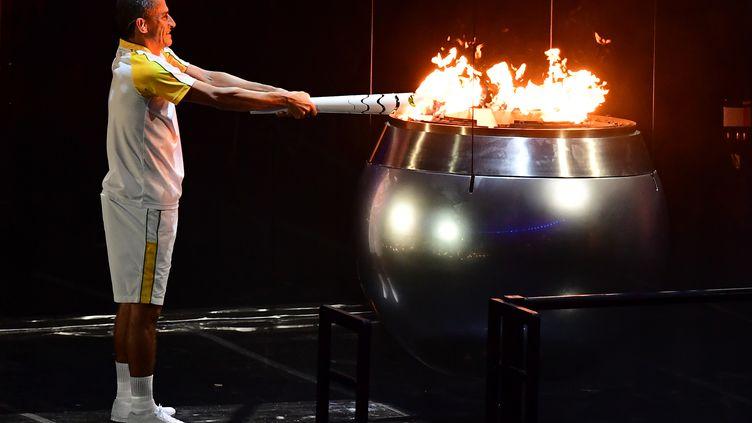 L'ancien athlète brésilienVanderlei Cordeiro allume la vasque olympique, lors de la cérémonie d'ouverture des Jeux olympiques, le 5 août à Rio. (EMMANUEL DUNAND / AFP)