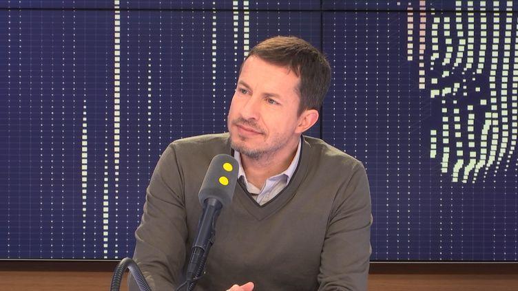 Le journaliste sportif Grégoire Margotton commentera vendredi soir sur TF1 le match de la Ligue des nations entre la France et les Pays-Bas au côté de Bixente Lizarazu. (FRANCEINFO / RADIOFRANCE)