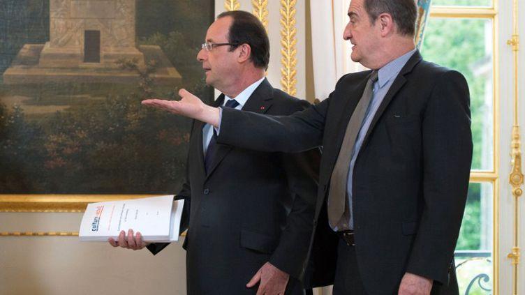Pierre Lescure (à dr.) a remis lundi 13 mai, au président de la République,75 propositions pour adapter l'exception culturelle à l'ère numérique. ( AFP )