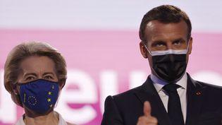 Le président français, Emmanuel Macron, et la présidente de la Commission européenne, Ursula von der Leyen, au Parlement européen, à Strasbourg (Bas-Rhin), le 9 mai 2021. (JEAN-FRANCOIS BADIAS / AFP)