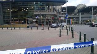 Devant l'aéroport de Bruxelles (Belgique), touché par deux explosions le 22 mars 2016. (CHRISTIAN NEYT / BELGA MAG / AFP)