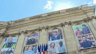 La ville de Beauvais (Oise) fête ses héros du quotidien pendant la crise du Covid-19 en affichant leurs portraits sur l'hôtel de ville. (France 3)