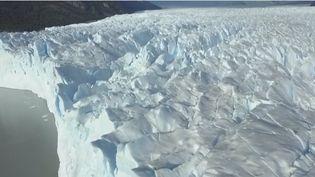 Malgré le réchauffement climatique, c'est l'un des derniers glaciers au monde qui continue d'avancer à raison de deux mètres par jour : le Perito Moreno en Argentine voit néanmoins ses glacesmenacées par la construction de deux grands barrages hydro-électriques. (CAPTURE ECRAN FRANCE 2)