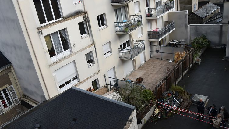 Le balcon du troisième étage a entraîné les deux autres dans sa chute. (JEAN-FRANCOIS MONIER / AFP)