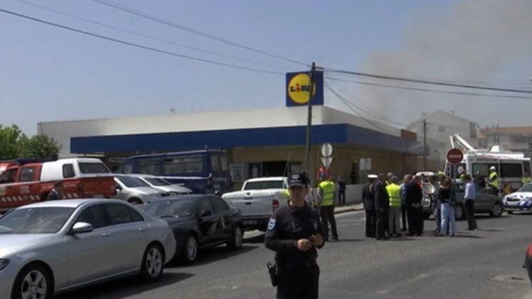Vue du magasin éventé par un petit avion de tourisme qui s'est écrasé dans la région de Lisbonne, le 17 avril 2017 (RTP TV PORTUGAISE)