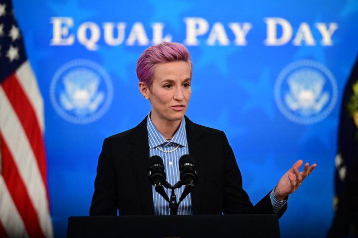 La footballeuse Megan Rapinoe à la Maison Blanche, à Washington (Etats-Unis), le 24 mars 2021. (JIM WATSON / AFP)