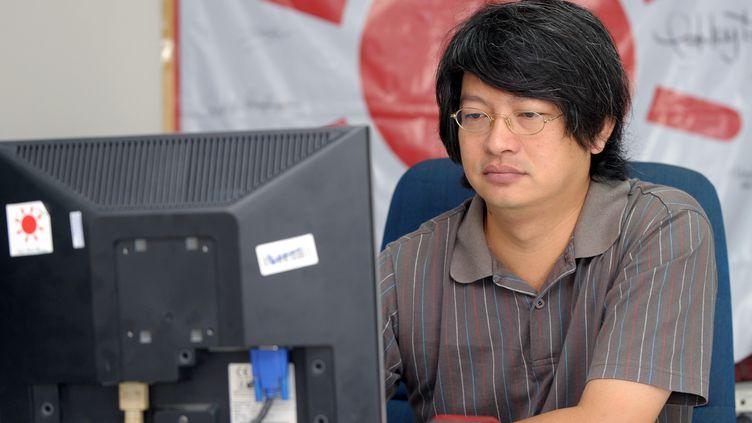 """Sombat Boonngamanong, l'un des leaders des """"chemises rouges"""", à son bureau à Bangkok (Thaïlande), le 14 octobre 2010. (PORNCHAI KITTIWONGSAKUL / AFP)"""