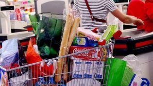Un chariot rempli à une caisse de supermarché. (JULIO PELAEZ / MAXPPP)
