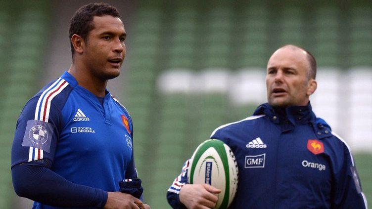 Yannick Bru, l'entraîneur des avants du XV de France et Thierry Dusautoir