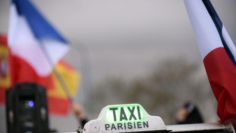 Les taxis manifestaient à Toulouse le 4 avril 2016 contre les VTC. (REMY GABALDA / AFP)