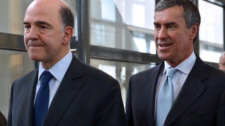 Jérôme Cahuzac et son ministre de tutelle, Pierre Moscovici, le20 mars 2013 à Paris. (MIGUEL MEDINA / AFP)