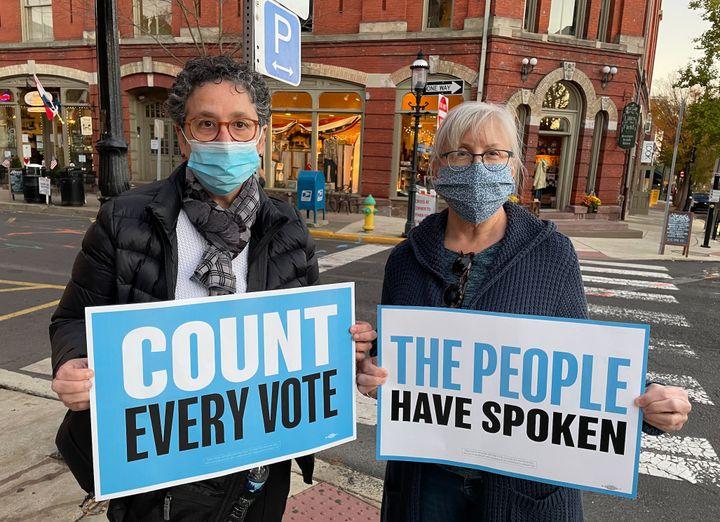 Liz et Ann, deux électeurs démocrates de Doylestown (Pennsylanie), espèrent que le vote par correspondance permettra à Joe Biden de l'emporter.  (MARIE-VIOLETTE BERNARD / FRANCEINFO)