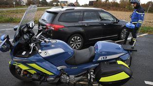 Un gendarme arrête un automobiliste lors d'un contrôle de vitesse à Saint-Allouestre (Morbihan), le 1er décembre 2017. (FRED TANNEAU / AFP)