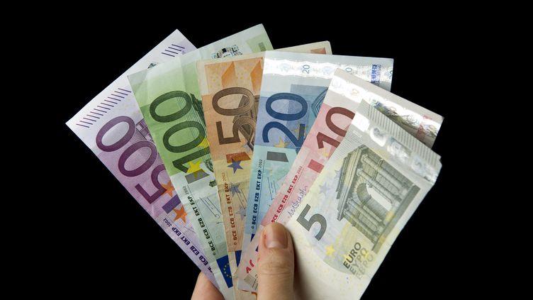 """A la une du mensuel """"Books"""",cette question qui claque comme un sujet de bac philo : """"L'argent peut-il tout acheter ?"""" (DANIEL REINHARDT / DPA / AFP)"""