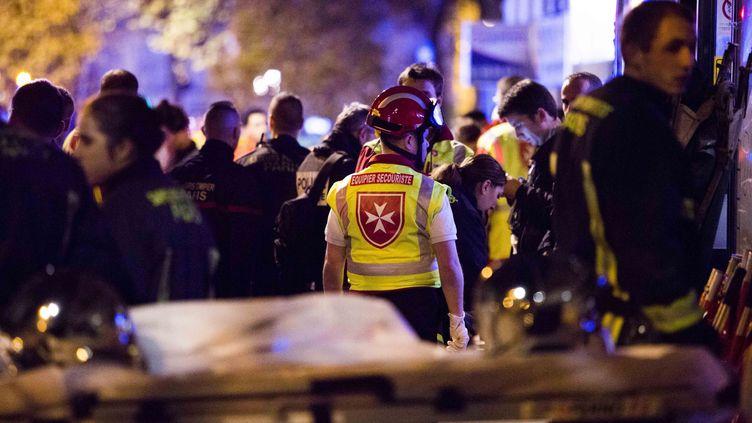 Les sapeurs-pompiers de Paris interviennent pour aider les victimes des attentats du 13 novembre 2015, à Paris. (LEWIS JOLY / SIPA)