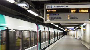 Un train de la ligne B du RER, le 8 mars 2016, à la stationChâtelet-Les Halles, à Paris. (GEOFFROY VAN DER HASSELT / AFP)