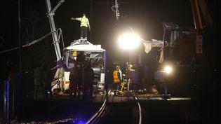 Les secours sur les voies du chemin de fer, à Millas, dans les Pyrénées-Orientales, le 14 décembre 2017. (RAYMOND ROIG / AFP)