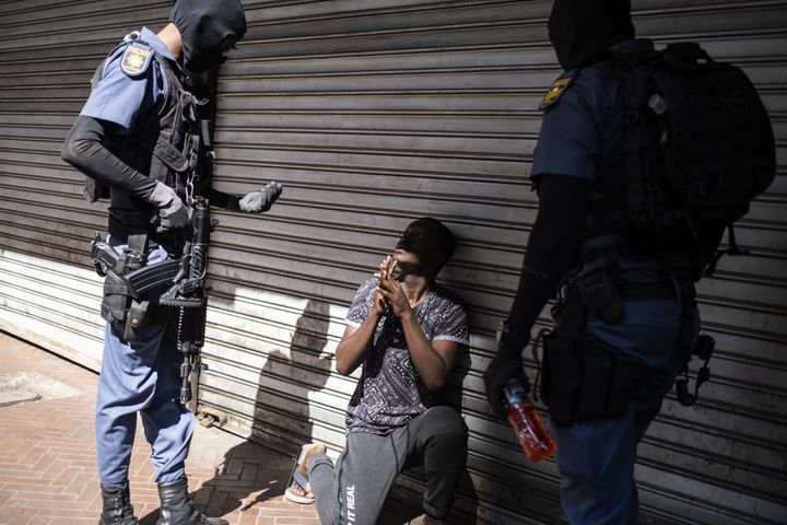Des policiers sud-africains procèdent à un contrôle à Hillbrow, quartier résidentiel de Johannesburg, le 18 avril 2020. (WIKUS DE WET / AFP)