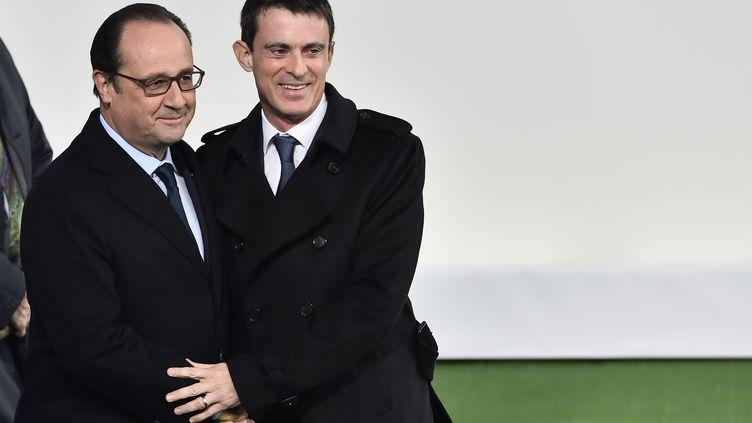 François Hollande et Manuel Valls lors de l'ouverture de la COP21 au Bourget (Seine-Saint-Denis), le 30 novembre 2015. (LOIC VENANCE / AFP)