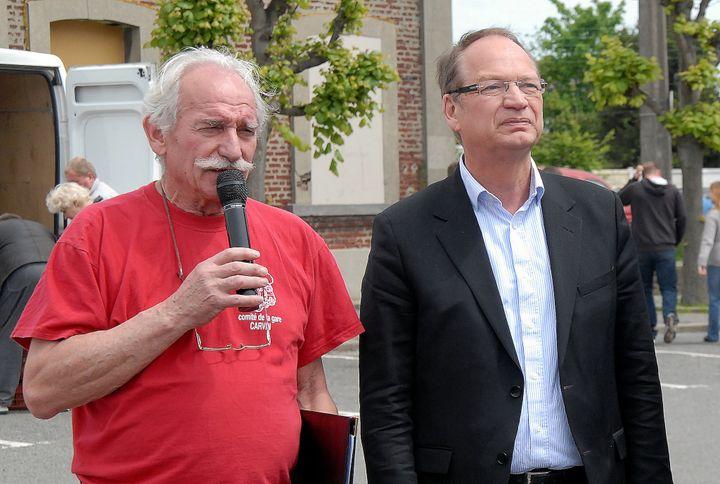 """Le candidat socialiste Philippe Kemel (à D.) s'apprête à remettre les coupes des meilleurs puciers à """"la foire à la ferraille"""" de Carvin, dans le Pas-de-Calais, le 17 mai 2012. (FRANCIS CARPENTIER )"""