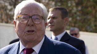 Le président du Front national, Jean-Marie Le Pen, quitte le siège du parti à Nanterre le 20 août 2014. Il a été exclu quelques heures plus tard. (KENZO TRIBOUILLARD / AFP)