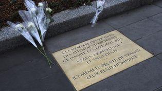 La plaque en hommage aux victimes des attentats de 2015, dévoilée le 10 janvier 2016 place de la République à Paris. (DOMINIQUE FAGET / AFP)