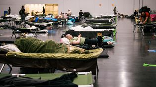 Des habitants de l'Oregon (Etats-Unis), dans un centre de rafraîchissement à Portland, le 28 juin 2021. (KATHRYN ELSESSER / AFP)