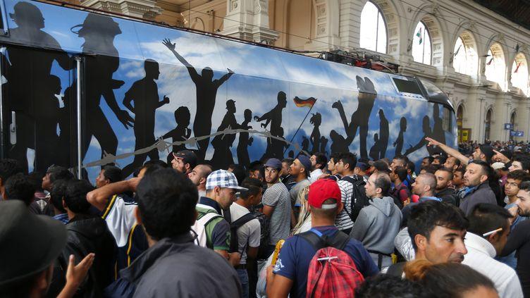 Des migrants prennent d'assaut un train à la gare internationale de Budapest, le 3 septembre 2015. (LASZLO BALOGH / REUTERS)